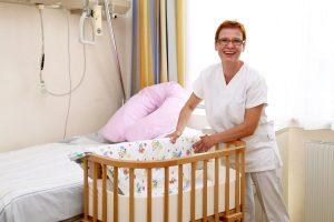 Ein Babybett wird hergerrichtet.